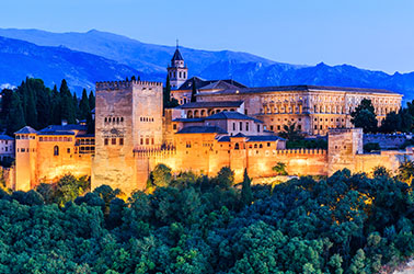 alhambra in de avond